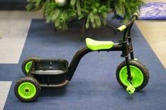 Bicyclette verte d'enfants Image stock