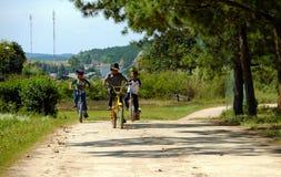 Bicyclette vietnamienne de tour d'enfants sur la route de campagne Photos libres de droits