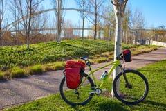 Bicyclette voyageant le vélo en parc de Valencia Cabecera Image libre de droits