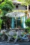 Bicyclettes à l'entrée de la maison Image libre de droits