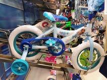 Bicyclettes à vendre dans Toy Store Photographie stock libre de droits