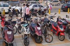 Bicyclettes électriques garées dans l'entrée d'école Photographie stock