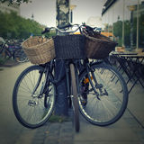 Bicyclettes avec le panier de paille Photographie stock libre de droits