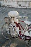 Bicyclettes blanches et rouges de cru dans l'amour Photographie stock