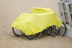 Bicyclettes couvertes par le manteau Photo libre de droits