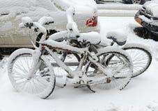 Bicyclettes couvertes par neige après tempête de neige, New York City Photos libres de droits