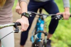 Bicyclettes d'équitation d'homme et de femme en nature Image libre de droits