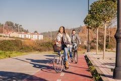 Bicyclettes d'équitation de couples dans la nature Photo libre de droits