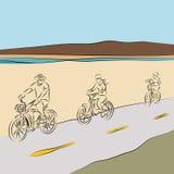 Bicyclettes d'équitation de famille sur la plage Photos libres de droits