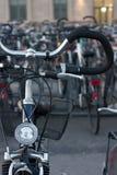 Bicyclettes dans l'environnement de ville Image libre de droits