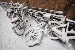 Bicyclettes dans la neige Photos libres de droits