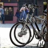 Bicyclettes dans la ville Photo stock