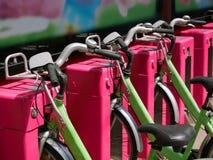 Bicyclettes de location gratuites de ville de vert images libres de droits