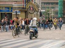 Bicyclettes de monte de personnes sur la rue centrale dans la partie historique de la ville Photos stock