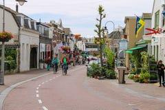 Bicyclettes de monte de personnes sur la rue de Haltestraat dans Zandvoort Image libre de droits