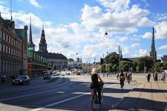 Bicyclettes de monte de personnes sur une rue dans Slotsholmen, vue sur un fam image stock