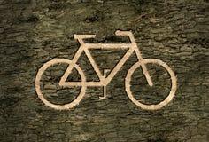 Bicyclettes de signe sur l'écorce Photographie stock