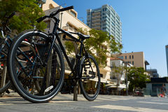 Bicyclettes garées sur le trottoir Vélo garant la rue Photo libre de droits