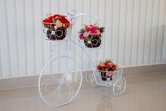 bicyclettes modèles avec des groupes de fleurs Photo stock