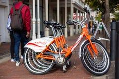 Bicyclettes pour louer aux touristes au centre de la ville photographie stock