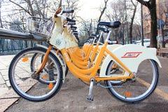 Bicyclettes pour louer Milan photos stock