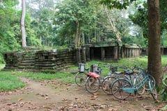 Bicyclettes près d'une ruine de temple chez Angkor Vat, Cambodge Photographie stock libre de droits