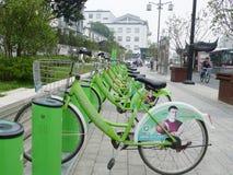 Bicyclettes publiques vertes à Suzhou photos libres de droits