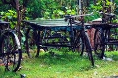 Bicyclettes rocailleuses de vieilles trois-roues sous la pluie photo libre de droits