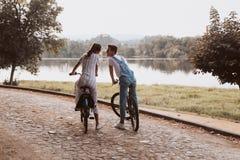 Bicyclettes romantiques d'équitation de couples photographie stock