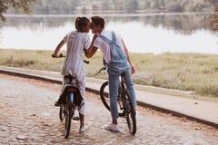 Bicyclettes romantiques d'équitation de couples photo libre de droits