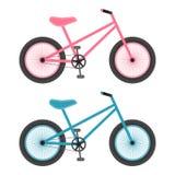 Bicyclettes roses et bleues pour des enfants d'isolement sur un fond blanc Illustration de vecteur Image stock