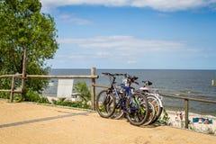 Bicyclettes se penchant contre la barrière en bois Photo libre de droits
