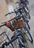 Bicyclettes se penchant contre le mur Photo stock
