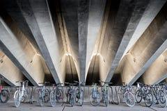 Bicyclettes sous les faisceaux concrets Photos libres de droits