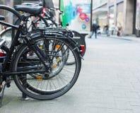 Bicyclettes sur la rue Photographie stock libre de droits