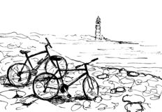 Bicyclettes sur le bord de mer Phare ? l'arri?re-plan photo stock