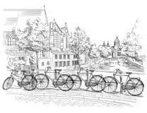 Bicyclettes sur le pont au-dessus des canaux d'Amsterdam, Pays-Bas illustration libre de droits