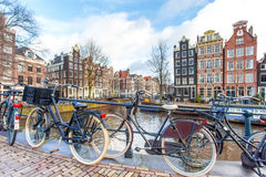 Bicyclettes sur le pont d'Amsterdam Photos libres de droits