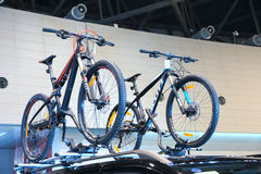 Bicyclettes sur le toit de voiture Image libre de droits