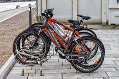 Bicyclettes verrouillées sur un support Image éditoriale images stock