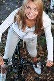 Bicycling in het bos Royalty-vrije Stock Afbeeldingen
