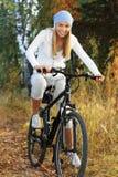 Bicycling na floresta fotografia de stock royalty free