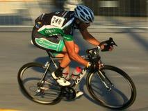 Bicycling op rijweg Stock Foto's