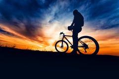 Bicyclist που προετοιμάζεται για το ίχνος που οργανώνεται στα βουνά Στοκ εικόνα με δικαίωμα ελεύθερης χρήσης