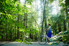 Bicyclist στο πάρκο Στοκ Φωτογραφία