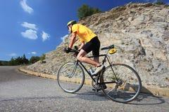 Bicyclist che guida una bici Immagini Stock Libere da Diritti