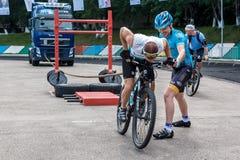 Bicyclist ciągnie ciężką ciężarówkę z arkaną Zdjęcie Stock