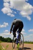 Bicyclist em um fundo do céu fotos de stock