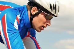 Bicyclist em um fundo do céu foto de stock royalty free