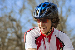 Bicyclist felice in abiti sportivi Fotografia Stock